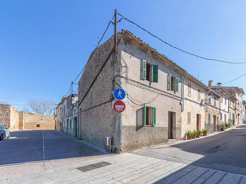ALC20382 Corner house with lots of potential in the historic centre of Alcudia.