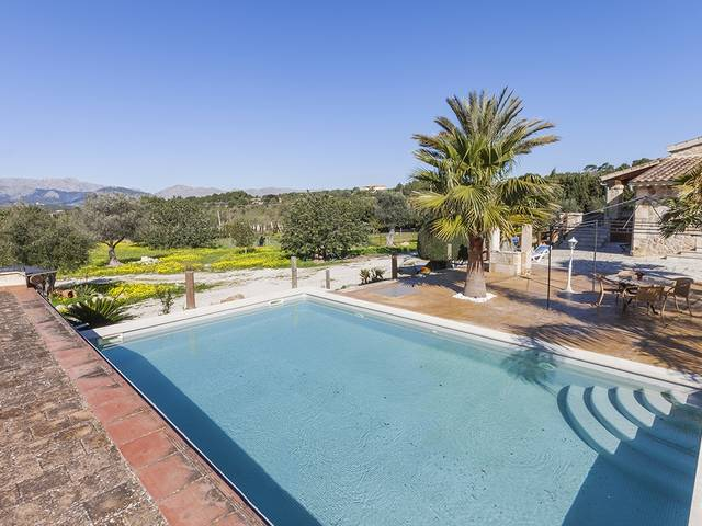 Peaceful villa with guest accommodation and mountain views in Alcudia