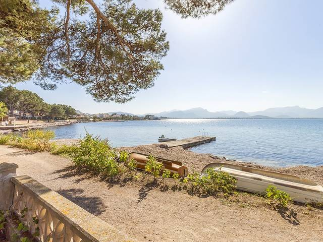 Investment opportunity: House with spectacular views and direct access to the bay of Pollensa