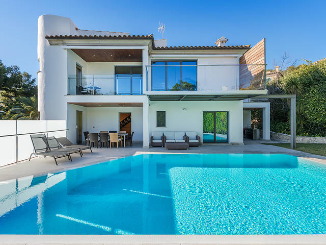 Contemporary villa with sea views, in walking distance to the beach in Alcanada