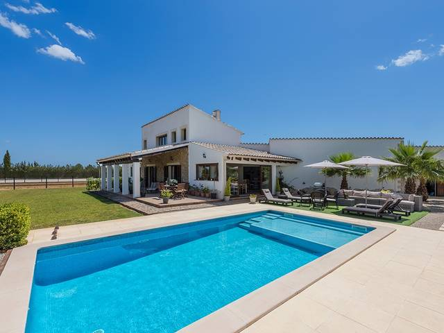 Fantastic renovated villa with extensive land and views of the countryside, near Binissalem