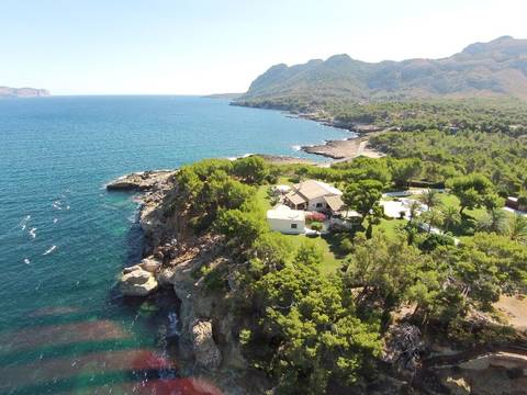 BON40065RM Privacy and luxury on the seafront: Magnificent estate with direct sea access in Pollensa bay