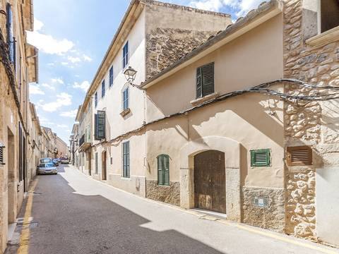 CAM20148 Townhouse in need of reform, very close to the Plaza Mayor, Campanet