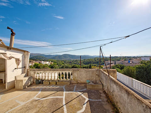 CAM20154CAM0 Spacious townhouse and exciting renovation project in the village of Campanet