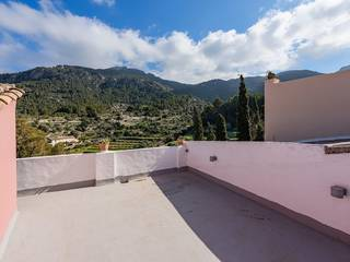 Excellently located town house with sea views in Estellencs