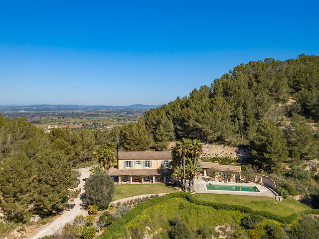 Captivating finca with lovely views of the countryside and the distant sea in Felanitx