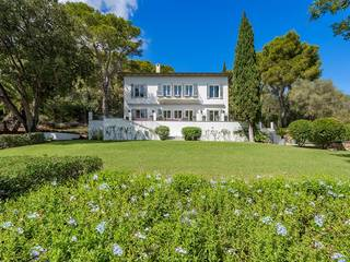 Majestic villa with sea views, only a few steps away from the sea in Formentor
