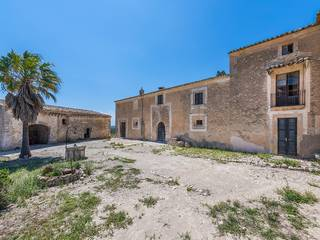 Stately manor house in need of reform in the middle of the countryside near Llubí