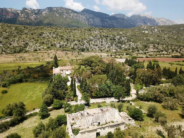 Picturesque finca with huge plot in the idyllic area surrounded by mountains