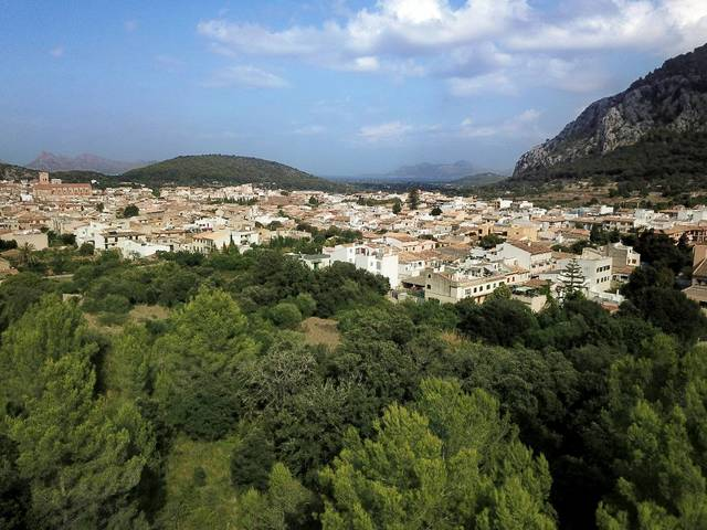 Fantastic plot for sale including building project of 350m2 on the outskirts of Pollensa