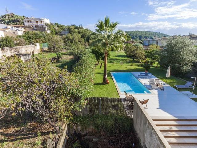 Interesting reform project: House with adjacent plot in a central street in Pollensa town