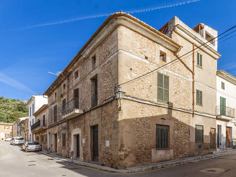 POL20193 Corner house with building project in Pollensa old town