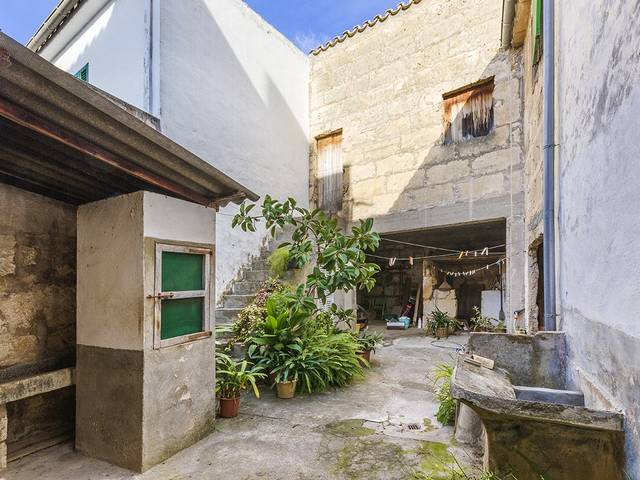 Semi-detached house with five rooms located in a quiet street of Pollensa
