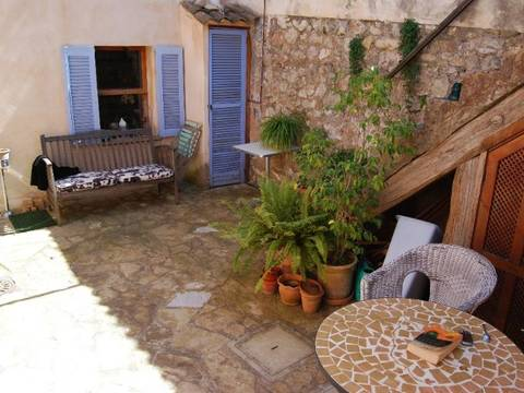 POL2266 Traditional town house with patio garden in the centre of Pollensa old town