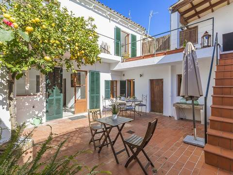 POL2682 Simply lovely town house with a charming patio close to the main square in Pollensa