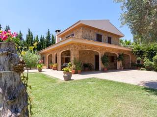 Stone-clad villa with separate BBQ house and holiday rental license for sale near Pollensa