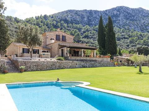 POL50003 Imposing country mansion in one of Mallorca's most beautiful valleys near Pollensa