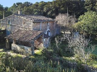 Rustic, 200 year-old country property in need of renovation between Pollensa and the port