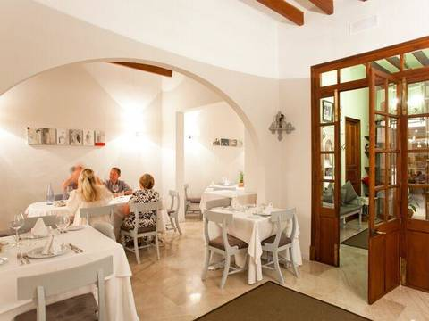 POL6066 The town's most esteemed restaurant including upstairs apartment in Pollensa