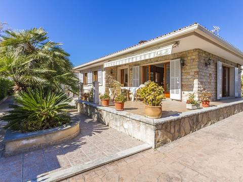 PTA40383 Wonderful beach side villa, just metres from the sea in Puerto Alcudia