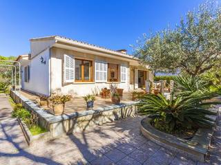 Wonderful beach side villa, just metres from the sea in Puerto Alcudia