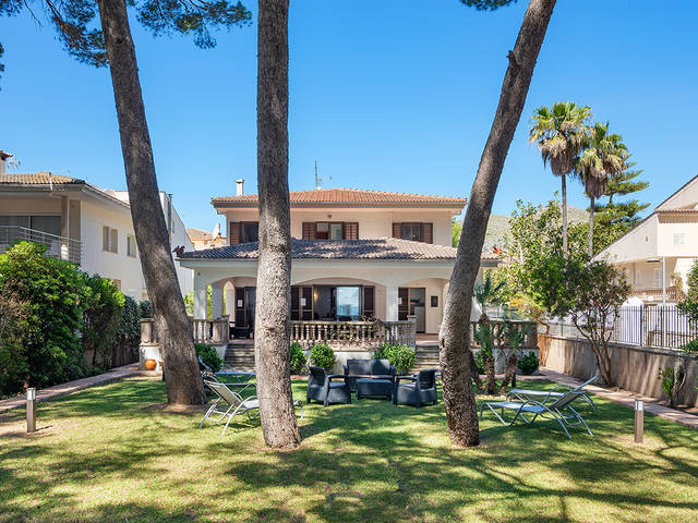 Beach front villa with holiday rental license in Puerto Alcudia