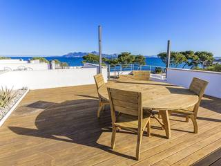 Seafront apartment with private roof terrace and communal pool in Puerto Pollensa