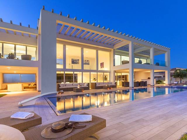 Contemporary architecture at its best: Sea-view villa near the beach in Puerto Pollensa