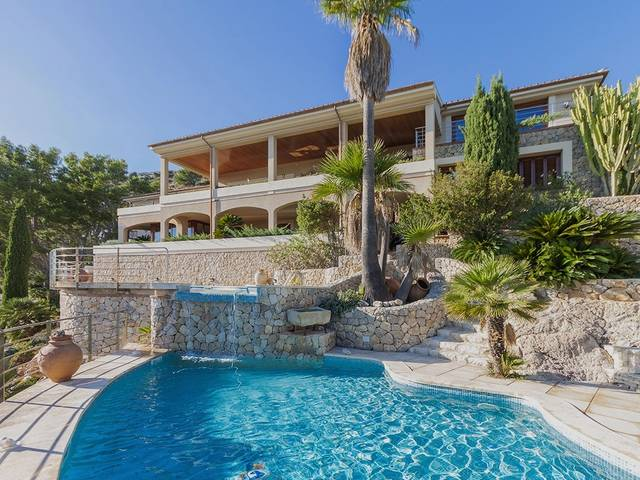 Villa in elevated location with panoramic views over the bay and the whole Puerto Pollensa area