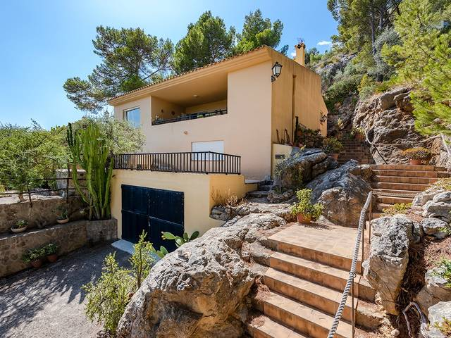 Pleasant house in an elevated area of Puerto Pollensa with views over the bay and village