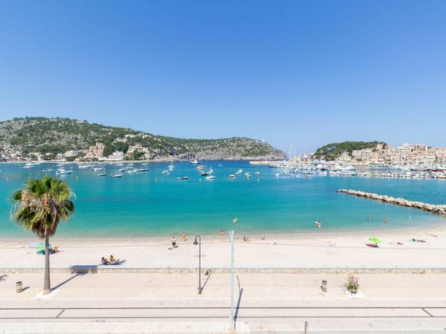 Beachfront town house with three floors and shops to renovate in Puerto de Soller
