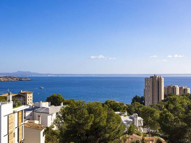 Spacious penthouse with community pool and views of the sea in Cas Català
