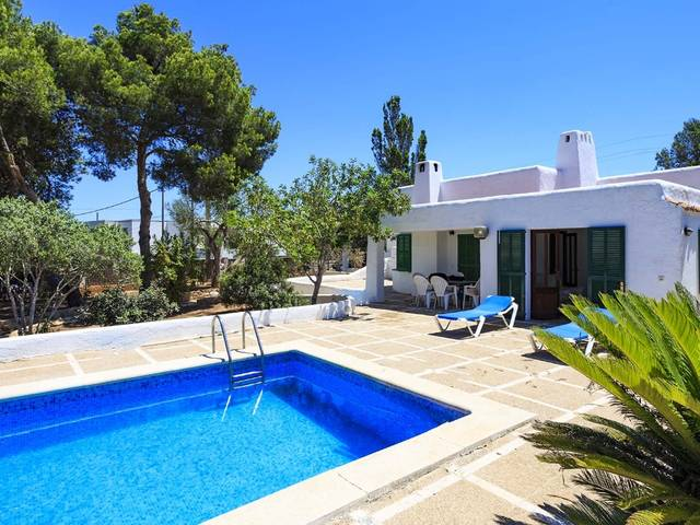 Villa with lots of potential just 200 metres from the beach in Cala Blava