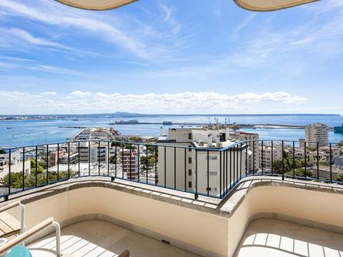 SWOPAL10201 Refurbished penthouse apartment with terrace views over Palma Bay.