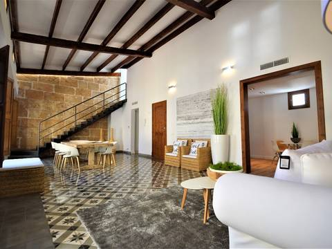 SWOPAL1808 Penthouse with high ceilings and private roof terrace located within footsteps of Plaza Mayor