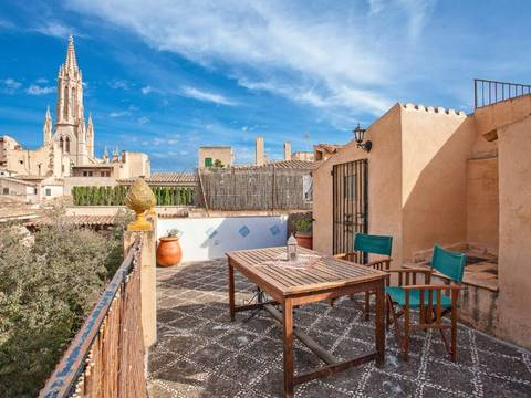 SWOPAL2057 Beautiful townhouse for sale in Palma with running business