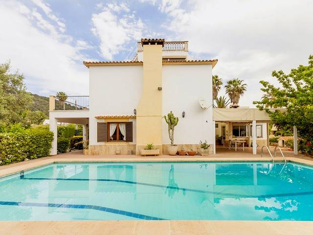 Family home for sale next to Palma in very quiet area