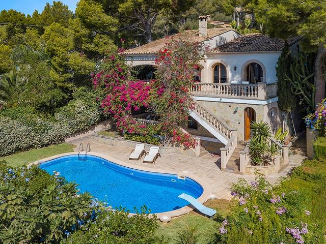 Spacious villa with garden and pool in walking distance to the centre of Portals Nous