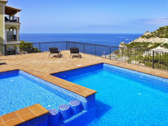 Luxury apartment with private terrace, garden and communal pool in Puerto Andratx