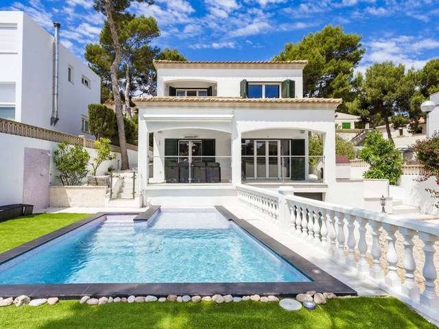 Refurbished villa with high-end furnishings in residential area close to Port Adriano