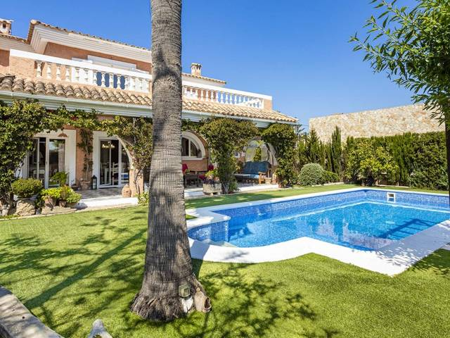 Delightful 4 bedroom villa with private pool in El Toro